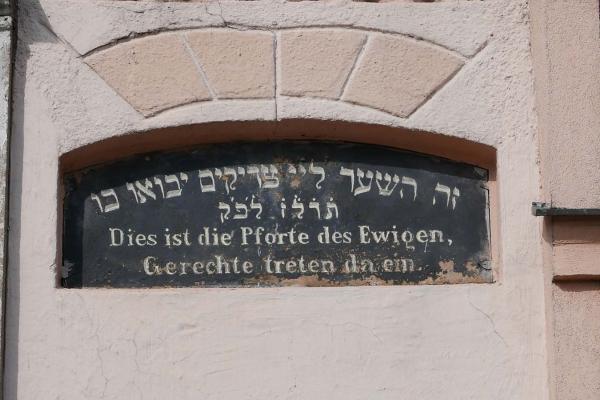 Napis nad przejściem do synagogi - Kórnik